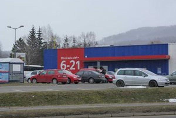 Obchodné centrum. Polícia nechala vyprázdniť obchodné domy Tesco vo Svidníku i Stropkove.