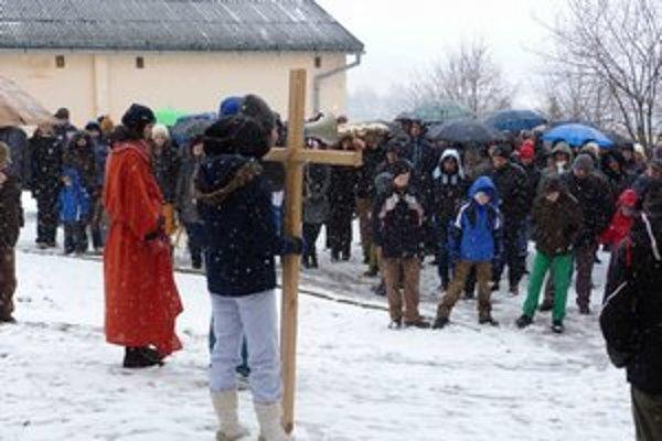 Krížová cesta na sídlisku. Raz v roku na Vinbargu putuje tichá procesia veriacich, aby si pripomenuli, prečo Kristus prišiel a musel odísť z tohto sveta.