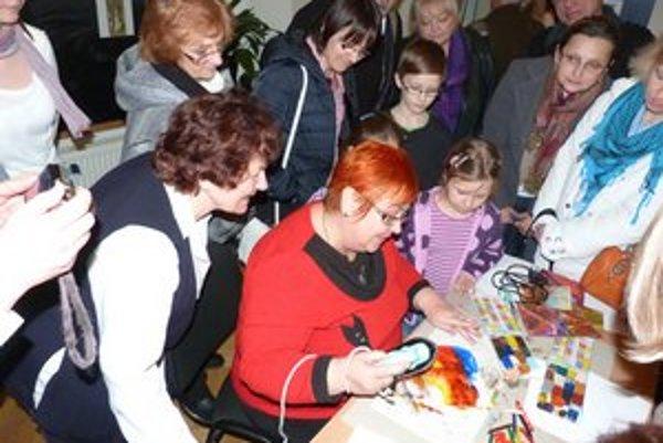 Jarmila Antolová. O jej ukážku techniky maľovania voskom bol obrovský záujem.