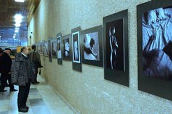 """Výstava """"Žena – kobieta"""". Každý z 22 autorov vystavuje jednu fotografiu a svoj pohľad na ženu."""