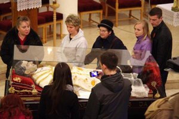 Don Bosco v Bardejove. Záujem uctiť si relikvie svätca a zakladateľa saleziánov bol u Bardejovčanov enormný.