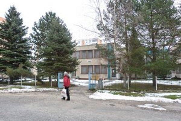 Chátrajúca škôlka. Mesto ponúklo budovu do súťaže na odpredaj. V minulosti tu radní chceli zriadiť penzión pre seniorov.