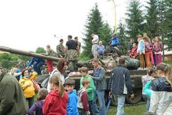Deň detí s vojakmi. Malí oslávenci v Giraltovciach vyzdobili na MDD tank vlastnoručne vyrobenými ozdobami z papiera.