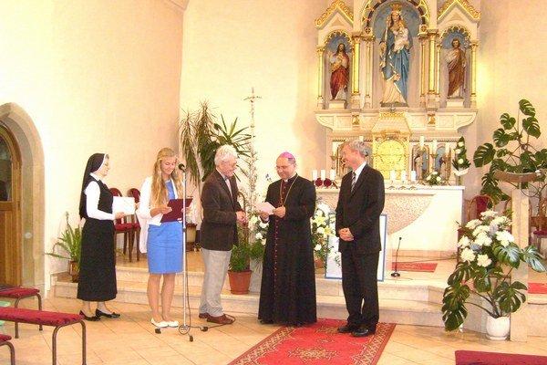 Oslava výročia. Hospic Matky Terezy oslávil desať rokov svojho vzniku. Hosťom slávností odovzdali ďakovné listy.