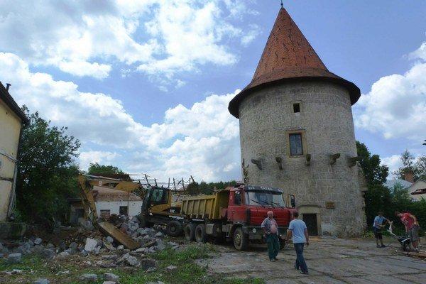 Kláštorný park. V areáli v centre Bardejova sa v uplynulom týždni búralo. Sutinu zo zbúraných stavieb použijú pod dohľadom pamiatkarov na vyrovnanie hradobnej priekopy.
