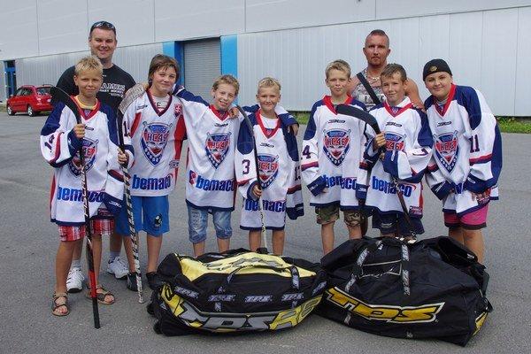 Mladí hokejisti dostali vaky s výstrojom.