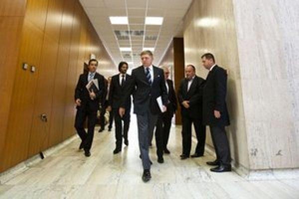 Premiér Robert Fico zháňa peniaze.