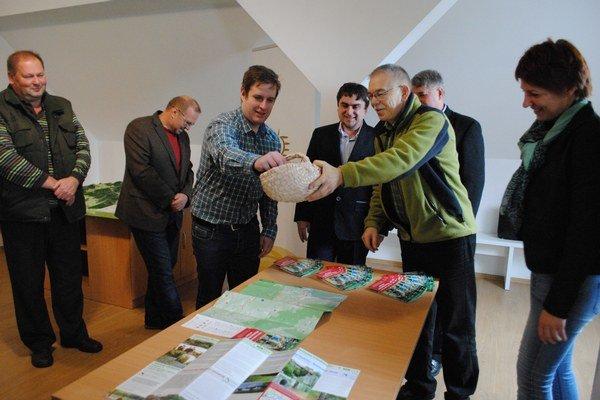 Mapa Objavte zaujímavosti Vihorlatských vrchov. Jej uvedenie do života režíroval Jozef Talarovič (s košíkom).