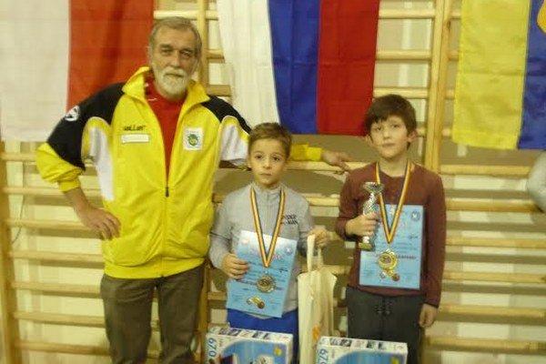 V Mielci. Zľava tréner Kazík, strieborný Koškovský a zlatý Sentiván.