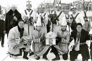 Koledníci v Čertižnom v roku 1965. Prvý zľava dole je Peter Opuda starší ako Guba, druhý zľava dole je Peter Opuda mladší ako Anjel.