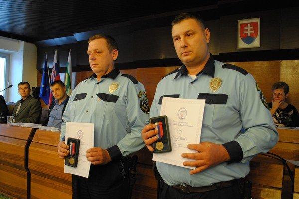 Ocenení policajti Jozef Molnár (vľavo) a Štefan Miško.