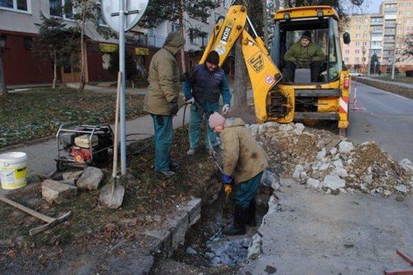 Porucha na Ulici československej armády. Najprv bolo treba rozbiť betón a odstať sa k potrubiu.