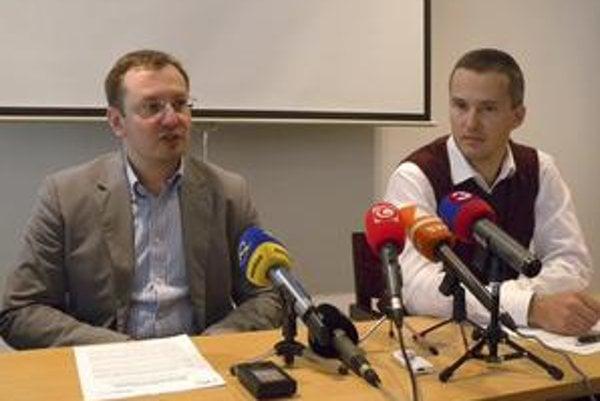 Slová šéfa nemocnice v Malackách Radoslava Bardúna (vľavo), ktoré zachytil mikrofón televízie Markíza, vzbudili pozornosť.