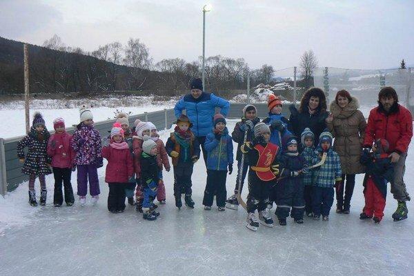 Karneval na ľade. Prišlo naň tridsať detí.
