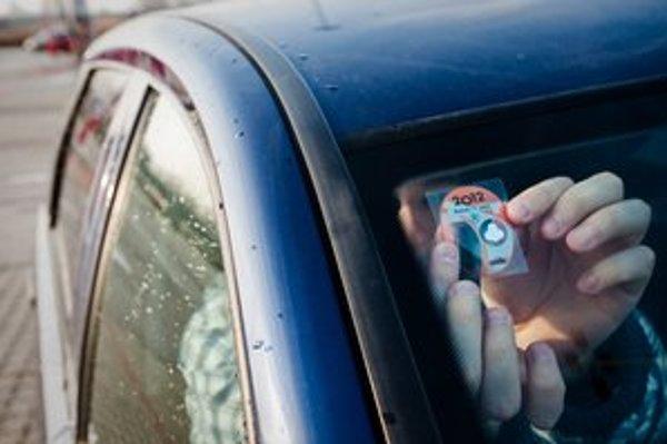 Diaľničné nálepky sa už dajú kúpiť, aj keď tender na ich distribúciu ešte nie je ukončený.