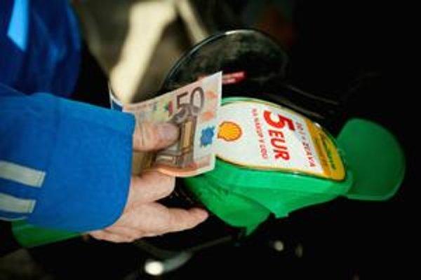 Náklady na správu núdzových rezerv ropy platia aj motoristi.