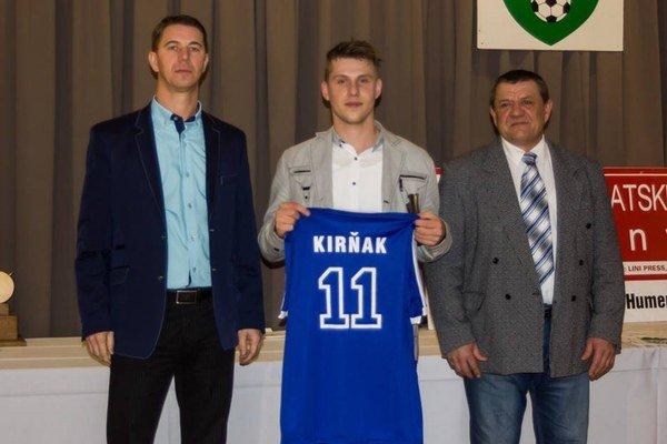 Pavol Kirňak. Poča odovzdáva ceny za najlepšieho hráča.