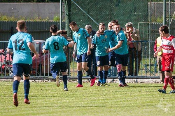 Sninčania sa zGiraltoviec vrátili scenným bodom. Na snímke sa tešia zotváracieho gólu, ktorý vsietil Oleg Vyshnevskyi.