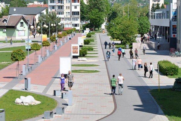 Humenská pešia zóna. Cyklisti ichodci.
