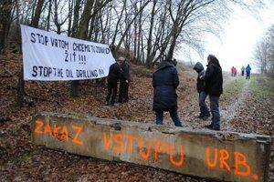 Protest vRuskej Porube. Obyvatelia dotknutých obcí svrtmi nesúhlasia.