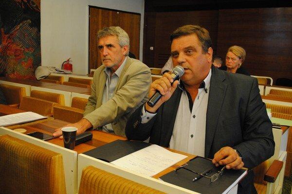 Pred rokom vjúni na zastupiteľstve. Rudolf Pradla, konateľ spoločnosti Teplo GGE aVladimír Minčič (vľavo), riaditeľ prevádzky vSnine, vysvetľovali zámer odkúpiť od mesta tepelné rozvody.