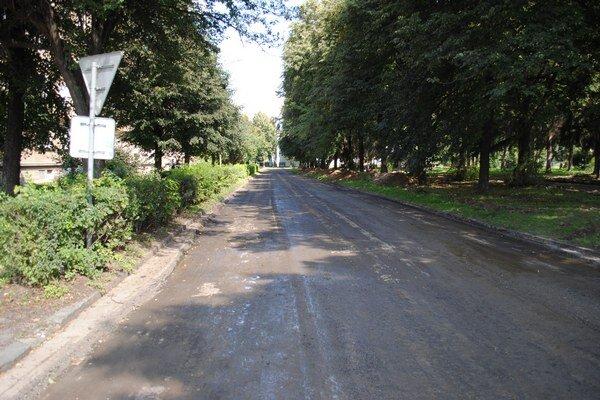 Družstevná ulica. Už ju vyfrézovali. Opravia ju v rámci projektu obnovy parku.