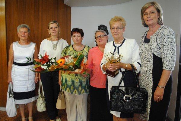 Členky výboru Spoločnosti klinickej onkológie. Cenu pre združenie prevzala jeho zakladateľka Anna Capová.