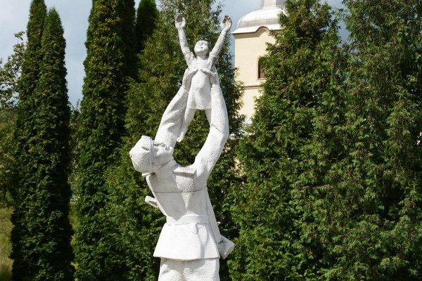 Prvá. Oslobodenie pripomína pamätník.