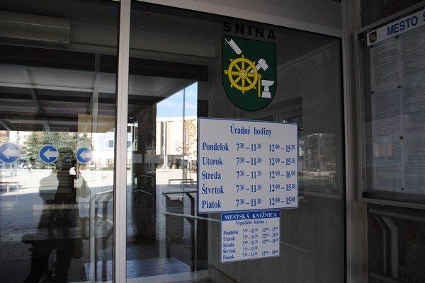 Úradné hodiny na sninskej radnice. V novom roku by sa mali zmeniť.