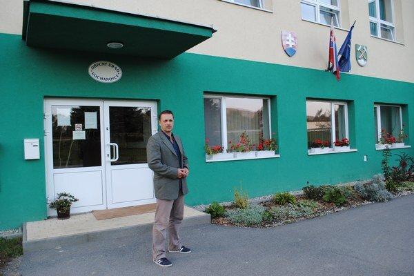 Obecná budova slúži ako úradovňa, kultúrny dom, materská škola i denný stacionár.