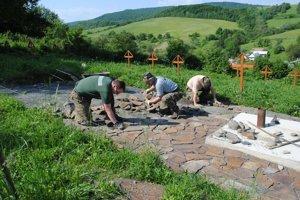 Členovia KVH Beskydy a Hostovičania odpracovali na cintoríne vyše tisíc hodín.