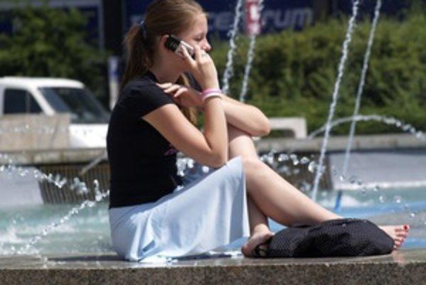 Mobilný telefón na súkromné účely mohla vlani zadarmo využívať asi pätina zamestnancov.