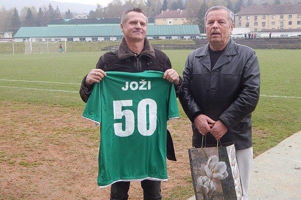 Pri príležitosti päťdesiatin Jozefovi Krivjančinovi viceprezident MFK Snina Miroslav Suchý odovzdal oslávencovi pamätný darček a dres s číslom päťdesiat.