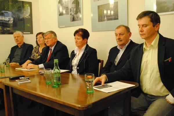 Klub Za demokratické Humenné. Zľava: Juraj Vaňo, Darina Barančíková, Ivan Hopta, Mária Cehelská, Jozef Babják a Miloš Meričko.