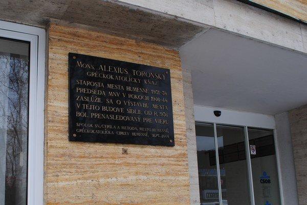 Priečelie budovy bývalého mestského úradu. Je na ňom len pamätná tabuľa mons. Toronskému.