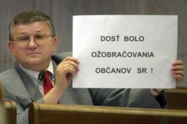 Poslanec Ivan Hopta. Keď protestoval na zastupiteľstve, dočkal sa od prednostu mestského úradu zvláštnej výzvy.