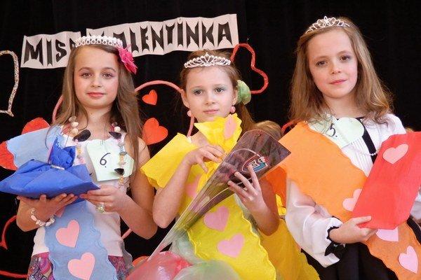 Víťazky. Tamara Volochová (1. vicemiss, zľava), Nina Mindová (MISS Valentínka 2015), Vanda Marinčáková (2. vicemiss).