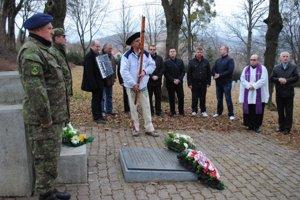 Pietny akt. Na humenskom vojnovom cintoríne zaspievali Hačure a Gustáv Socháň zahral na fujare.