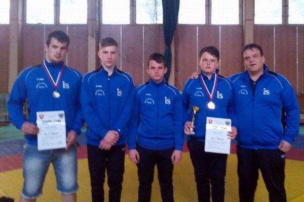 Mladí zápasníci Slávie Snina s trénerom Andrejkom.