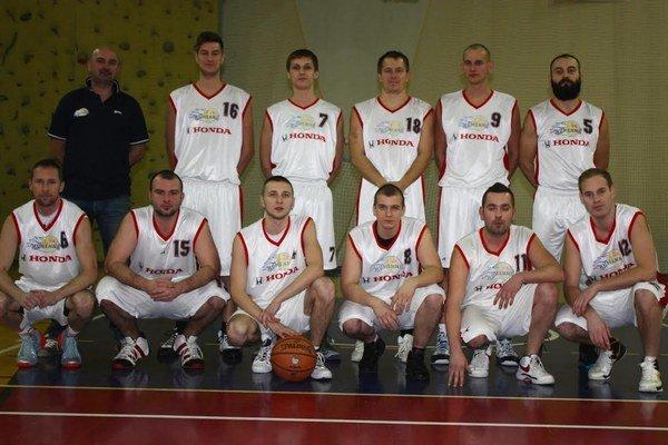 Basketbalisti Humenného. Zľava hore: tréner Burič, Škerlík, Sokyra, Boršč, Petrík, Kulik, dole: Martin Babják, Glasa, Michal Babják, Kelemeca, Jurčišin.