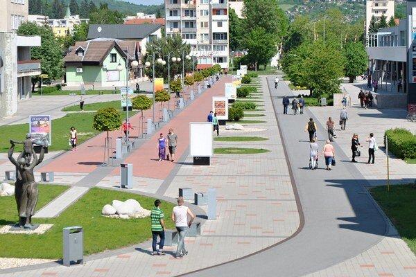 Hustá premávka chodcov na cyklistickom chodníku v Humennom.