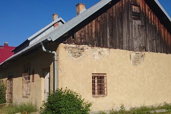 Budova stanice. Je najstaršou železničnou stanicou v Sninskom okrese.