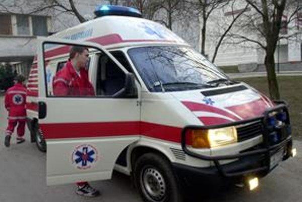Asociácia záchrannej zdravotnej služby sa chce s ministrom dohodnúť, aby sa niektoré záchranky s lekárom zmenili na záchranky so záchranárom. Tie stoja menej.