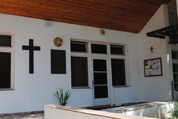 Pamätná tabuľa je od júna na novom mieste pri vchode do kaplnky.