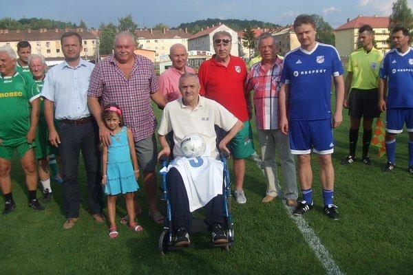 Miroslav Labun s priateľmi, ktorí stoja pri ňom.