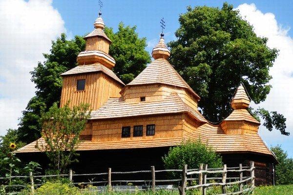 Jeden z unikátov humenského skanzenu. Drevený kostolík z Novej Sedlice je medzi všetkými objektmi v skanzene najstarší.