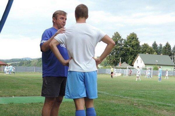Rady trénera. Víťazoslav Lukačik a jeho mladý zverenec Samuel Stirčák.