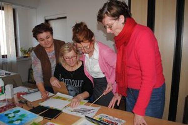 Zamýšľanie sa nad logom. Spoločne ho dotvárajú (zľava) Mária Haburajová, Alica Prušová, Mária Lelková a Anna Šimkuličová.