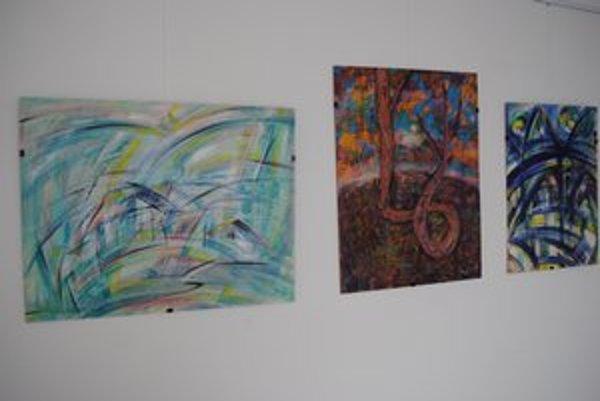 Korene. Autor maľuje abstraktné obrazy.
