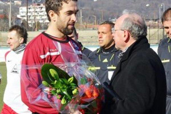 Blahoželanie. Aj pred stretnutím Humenné - Kremnička. Michal Paraska, kapitán mužstva a oslávenec Alexander Bochyn.